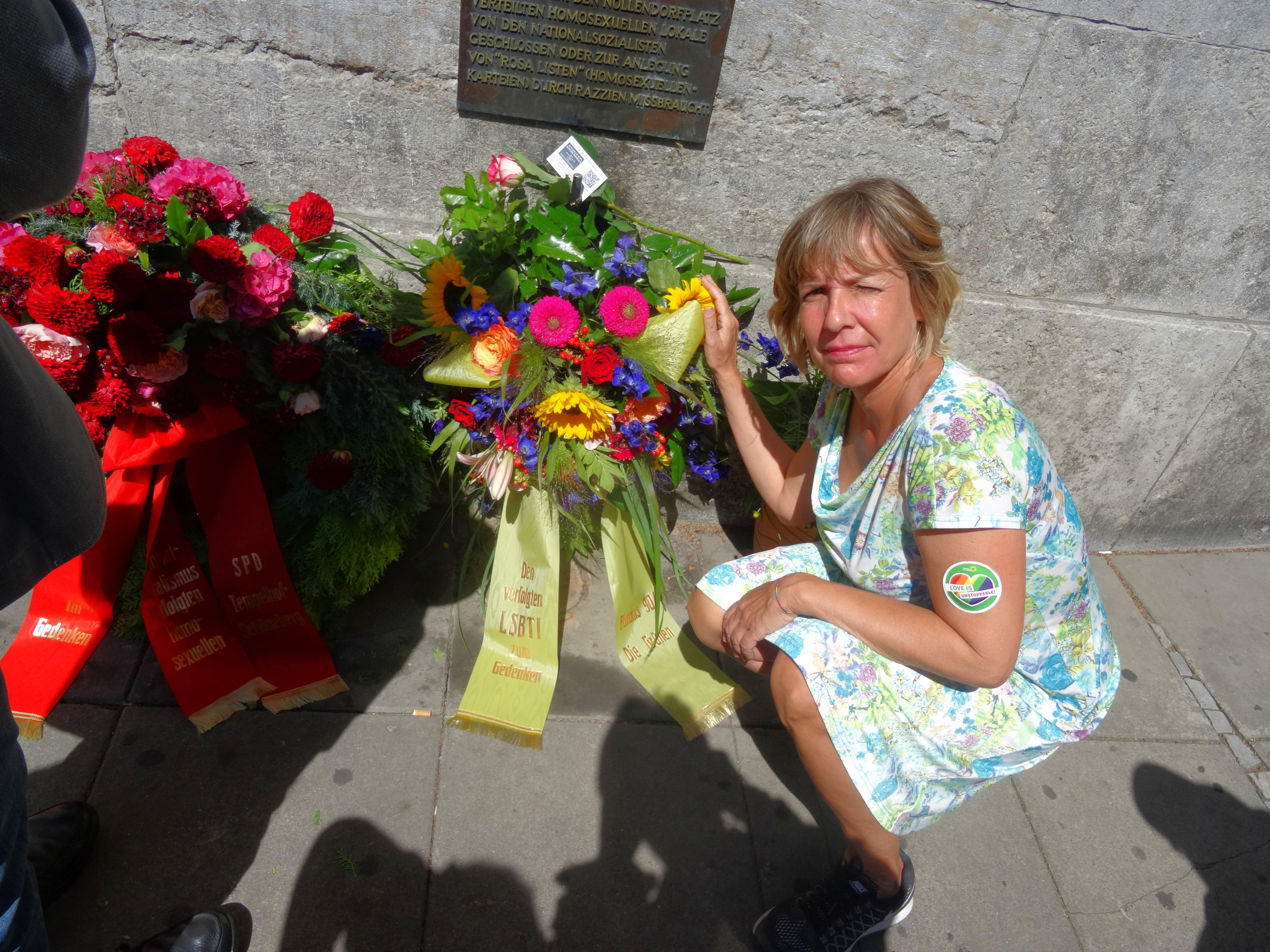 Gedenken an der Tafel für die im Nationalsozialismus verfolgten Homosexuellen