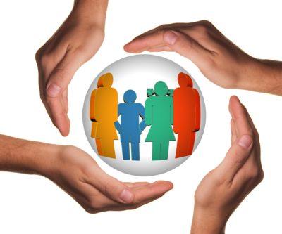 Schützende Hände um Frauen verschiedenen Alters