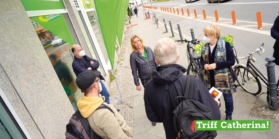 Catherina Pieroth-Manelli vor dem Kiezbüro der Grünen im Kreisverband
